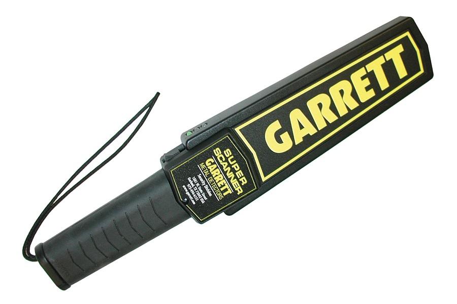 Ручной металлодетектор GARRETT SUPER SCANNERРучной металлоискатель Garrett Super Scanner был разработан для использования в ходе Олимпийских игр 1984 г. и с тех пор является самым известным ручным металлоискателем в мире.<br><br>Super Scanner V имеет как звуковой, так и беззвучный вибрационный сигнал, а также повышенный срок работы от батарей.<br><br><br>Высочайшая чувствительность. Обнаруживает пистолет среднего размера на расстоянии 9 дюймов (23 см); большой нож — на расстоянии 6 дюймов (15 см); бритвенное лезвие и канцелярский нож — на расстоянии 3 дюйма (8 см); завернутые в фольгу наркотики и мелкие ювелирные украшения — на расстоянии 1 дюйм (2,5 см).<br><br>Автокалибровка. Цифровая микропроцессорная технология устраняет необходимость периодической настройки чувствительности.<br><br>Прочный противоударный корпус из АБС-пластика с отсеком для катушки повышенной прочности. Превосходит условия испытания на ударную нагрузку Mil-Std-810F, метод 516.5, процедуры II и IV.<br><br>Большая сканирующая поверхность размером 8 дюймов (20,3 см) обеспечивает быстрое и тщательное сканирование.<br><br>Стандартная батарея 9 В (входит в комплект поставки) допускает замену без инструментов. По желанию заказчика может поставляться аккумуляторный комплект.<br><br>Резкий звуковой сигнал тревоги и яркий красный светодиодный индикатор сигнализируют об обнаружении металла.<br><br>Кратковременным нажатием кнопки можно временно прервать обнаружение оказавшихся рядом металлических объектов, например арматуры или металлических стенок.<br><br>Трехцветная светодиодная индикация. Зеленый светодиод означает «ВКЛ.», желтый — «НИЗКИЙ УРОВЕНЬ ЗАРЯДА БАТАРЕИ»; красный — «ТРЕВОГА».<br><br>Рабочая температура: от -35 до 158 °F (от -37 до 70 °C)<br>