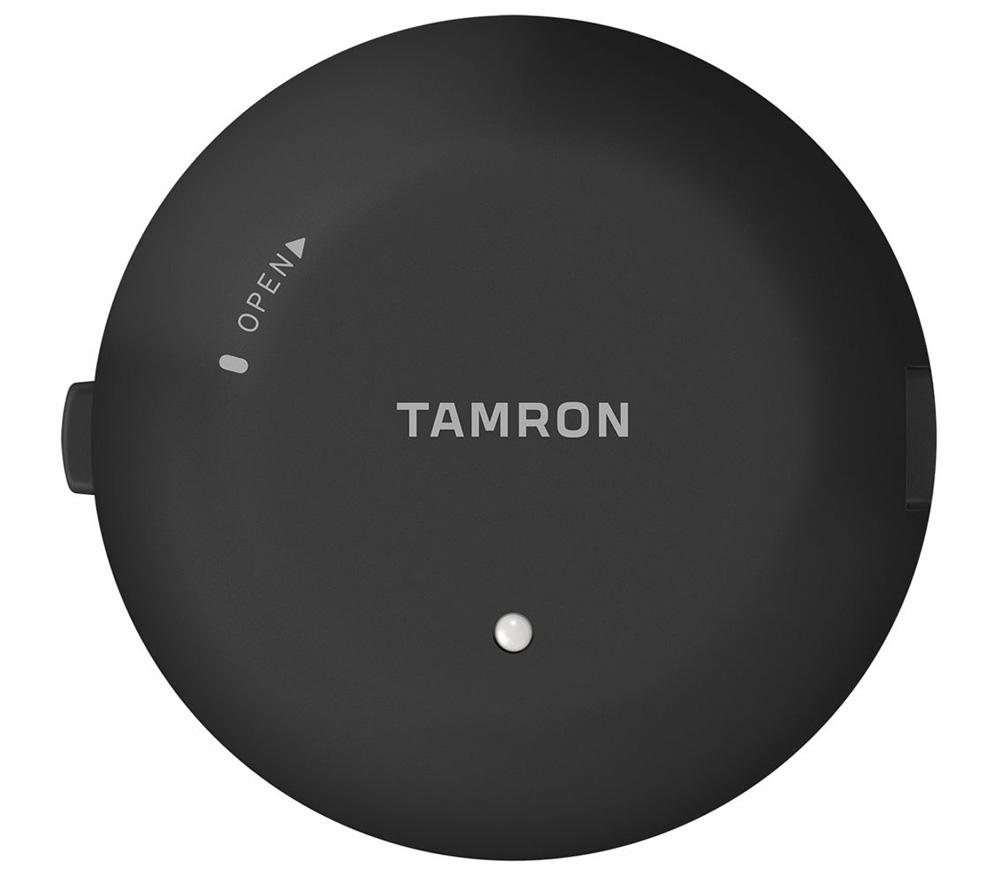 Консоль Tamron (TAP-01E) TAP-in Console для CanonНаиболее ценной функцией TAP-in Console является. конечно, возможность юстировки автофокуса. Известно, что многие объективы могут иметь проблемы с точностью работы автофокусировки из-за минимальных различий в соединении с корпусом камеры. Речь идет о десятых долях миллиметра, но в результате камера фокусируется либо ближе, либо дальше, чем нужно и кадр получается испорчен. Многие современные зеркальные камеры позволяют калибровать автофокусировку, но реализовано это достаточно примитивно и не всегда помогает. Обращение в сервисные центры отнимает много времени, к тому же сервисы не всегда выполняют работу на отлично, часто ограничиваясь просто удовлетворительным результатом. С помощью TAP-in Console и специального программного обеспечения Tamron вы сможете самостоятельно отрегулировать точность автофокуса объектива отдельно для ближней, средней и дальней дистанции в диапазоне +/- 30 шагов. Потратив несколько часов на калибровку, вы получите идеально настроенную систему.<br><br>Вторым плюсом является возможность обновления программного обеспечения объектива. Производитель периодически выпускает новые версии «прошивок», которые могут улучшить работу отдельных систем объектива (скорость автофокусировки, эффективность оптической стабилизации), или помочь устранить несовместимость с новыми камерами. Обновление прошивки дома с помощью TAP-in Console занимает всего несколько минут.<br><br>У TAP-in Console есть и другие возможности:<br><br><br>регулировка ограничителя дистанции фокусировки (для объективов, имеющих такой ограничитель)<br><br>регулировка функции Full-Time Manual Focus (вкл. / выкл. FTM, настройка чувствительности, при наличии)<br><br>выбор режима работы оптического стабилизатора (3 варианта, при наличии)<br>