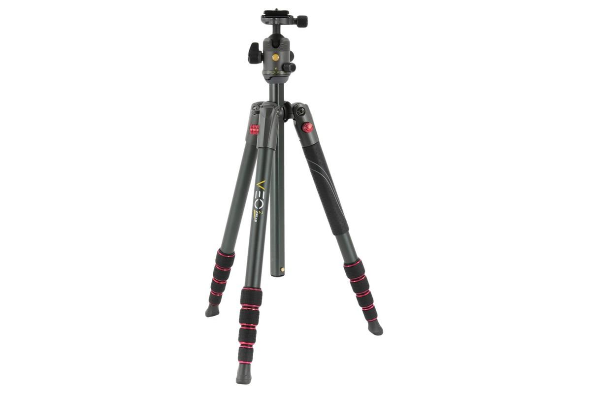 Штатив Vanguard VEO 2 235ABКомпактный туристический штатив Vanguard Veo 2 235AB. В сложенном положении занимает всего 40 см, в разобранном виде: до 145 см. Высокая безопасная нагрузка (6 кг) позволяет использовать данный штатив с тяжелыми комбинациями «камера / объектив». Шаровая головка - с регулировкой силы трения и отдельным замком для панорамирования. Усовершенствованные цанговые замки позволяют быстрее собирать и разбирать ножки, надежно фиксируя заданное положение. На одной из ножек присутствует широкая накладка из термополиуретана - для надежного захвата и меньшего остывания рук во время работы. Ножки снабжены резиновыми наконечниками, которые можно заменить на шипы (продаются отдельно). В комплекте идет мягкий чехол.<br><br>Головка штатива заслуживает отдельного подробного рассмотрения. Это новая шаровая Vanguard BH-50, компактная и легкая, но в то же время выдерживающая нагрузку до 8 кг. На головке 3 рукоятки: одна зажимает шар для фиксации положения камеры, вторая - регулирует силу трения для более точного позиционирования с камерами разных весовых категорий, третья - освобождает ось панорамирования. На верхней площадке расположен пузырьковый уровень. Головка поставляется с короткой быстросъемной площадкой QS-60S, но она также совместима с другими площадками системы Arca Swiss (форма «ласточкин хвост»), что позволяет использовать длинные площадки для выравнивания по нодальной точке или для лучшей балансировки оборудования со смещенным центром тяжести.<br><br>Вес кг: 1.40000000