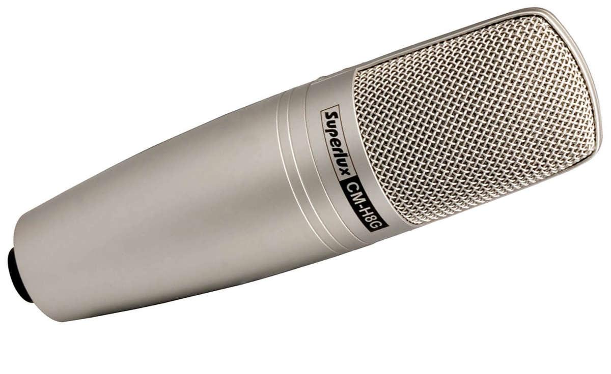 Superlux CM-H8G ламповый конденсаторный микрофон с большой диафрагмой 1 дюймSuperlux CMH8E — этот конденсаторный микрофон разработан специально для теле- и радиовещания. Благодаря уникальному закрытому ячеистому дизайну капсюля, эта модель так же отлично подойдет и для записи. Особая конструкция, с «иммунитетом» к внешним шумам делает микрофон особенно удобным для работы в агрессивной шумовой среде.<br>