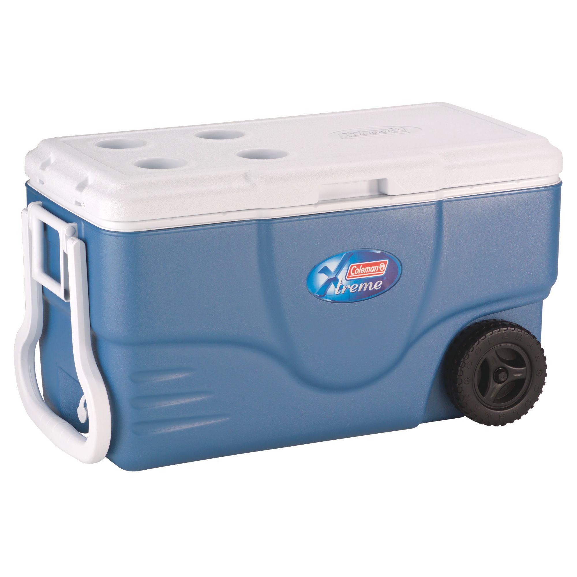 Контейнер изотермический Coleman 62QT Xtreme Wheeled CoolerКонтейнер изотермический Coleman 62QT Xtreme Wheeled Cooler сохранит еду и напитки холодными в течение длительного времени. Удобная ручка и колеса создадут дополнительный комфорт В технологии Xtreme® используется изолированная крышка и дополнительная изоляция в стенах, чтобы сохранять предметы в холоде в течение 5 дней.<br><br>Достаточно большой, чтобы поместить 95 банок по 0,33 литра, у вас будет много места для продуктов. Ручки с двух сторон контейнера очень удобны при переноске, большая ручка предназначена для перевозки на колесах. В нижней части контейнера расположен сливной клапан для слива жидкости от льда и конденсата.<br>