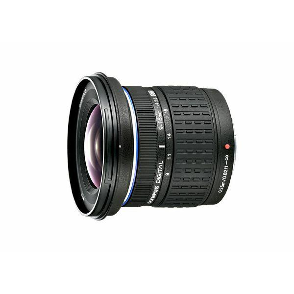 Объектив Olympus ED 9-18mm f/4.0-5.6 Micro 4/3Olympus ED 9-18mm f/4.0-5.6 — это зум-объектив с супер широкими углами обзора, который имеет полную совместимость с современными камерами, оснащенными матрицей формата Micro 4/3. Он обеспечивает угол обзора равный практически 100 градусам и при этом имеет компактные габариты (56,5 x 49,5 мм) и очень маленький вес (всего 155 грамм). Благодаря широкому углу обзора этой оптики от компании Olympus, вы сможете делать превосходные групповые, архитектурные, интерьерные и ландшафтные снимки с высочайшей резкостью и точной цветопередачей. 7-лепестковая диафрагма способна раскрываться до f/4-5,6 в зависимости от выбранного фокусного расстояния. Минимальная дистанция фокусировки этого объектива Олимпус составляет всего 25 см, а значит вы сможете делать снимки с невероятно близкого расстояния.<br><br>Вес кг: 0.20000000