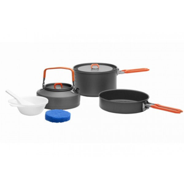 Набор посуды алюминиевый с чайником Fire-Maple Feast 2  на 2-3 человекНабор портативной посуды FEAST 2 с чайником, что позволяет соединить в себе приготовление еды и напитков и заменить собой целую походную кухню. Набор рассчитан на 2-3 человек. Притом, что набор очень компактен и легок, решена главная задача - это удобство в эксплуатации. Новая полноценная ручка с фиксатором позволяет удобно держать посуду при готовке, а при нажатии кнопки фиксатора позволяет сложить ручку и собрать набор в компактный вид для экономии пространства при хранении и транспортировки. Ручка выполнена из приятного на ощупь теплоизолирующего материала. В набор входят: 1 котелок - Ф168х98 мм/1,7 л, 1 чайник - (Т3) Ф153х73 мм/0,8 л, 1 сковорода - Ф174х42 мм/ 0,8 л, 2 пластиковых миски, 1 губка для мытья посуды и 1 лопатка. Набор поставляется с сетчатым нейлоновым мешочком для транспортировки и хранения.<br><br>Вес кг: 0.80000000