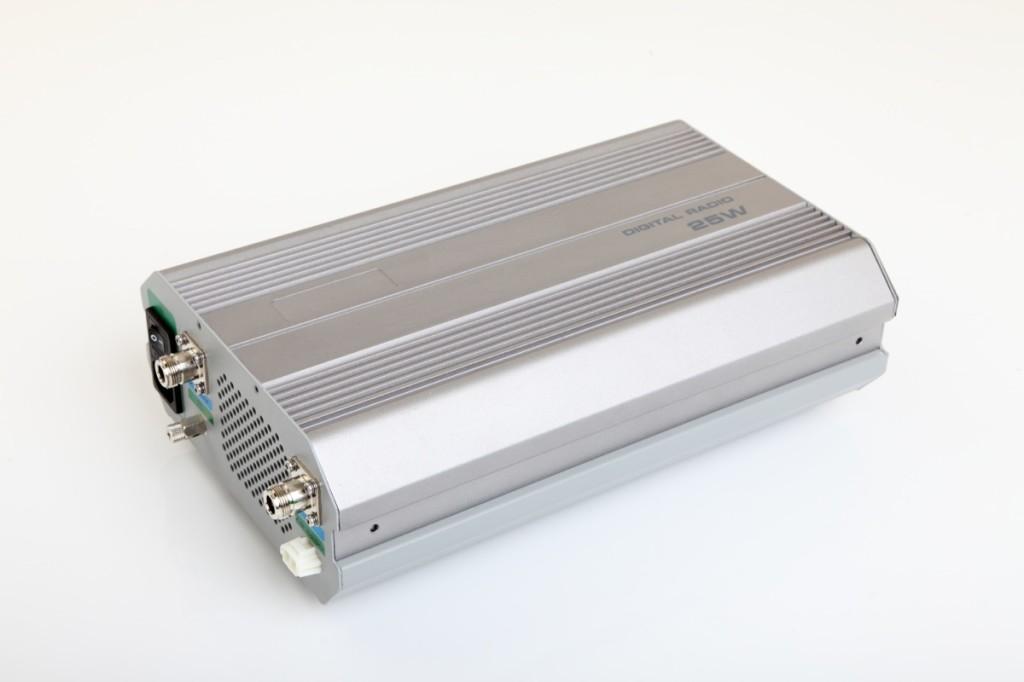 Ретранслятор аналогово-цифровой Hytera RD625RD625 Hytera - компактный аналогово-цифровой ретранслятор RD625, со встроенным мини дуплексером и блоком питания, обеспечивает выходную мощность до 25 Вт.&amp;nbsp; Его богатые аналогово-цифровые функции отвечают всем необходимым требованиям, что обеспечит пользователям постепенный переход от аналоговых систем связи к цифровым с минимальными материальными затратами. Объединив несколько ретрансляторов по IP каналам, можно увеличить зону радиопокрытия сети. Компактная и удобная конструкция RD625 объединяет приемо-передатчик, дуплексер и блок питания в одном корпусе. Интегрированный в RD625 блок питания обеспечивает автономный заряд аккумулятора резервного питания. Выходное напряжение блока питания составляет 13, 6 В ±15%. Входное сетевое напряжение – 90~264 В переменного тока. Если входное напряжение пропадает, ретранслятор RD625 автоматически переходит на работу от аккумулятора резервного питания без обрыва связи. Для диагностики и контроля RD625 используется программное приложение RDAC, которое позволяет увеличить эффективность обслуживания и управления ретранслятором. Приложение RDAC компании Hytera позволяет одновременно отслеживать несколько ретрансляторов в сети через удаленное IP-соединение! RD625 поддерживает автоматическое переключение между аналоговым и цифровым каналом, что позволяет эффективное совместное использование каналов между аналоговыми и цифровыми пользователями радиосети при миграции в цифровую сеть. RD625 поддерживает соединение по IP сетям, для создания своей радио сети с большой зоной радиопокрытия, при этом ретрансляторы могут быть значительно удалены друг от друга. В аналоговом режиме RD625 c шумоподавителями CTCSS / CDCSS позволяет создавать группы и предотвратить несанкционированный доступ к вашей сети. RD625 поддерживает сканирование аналоговых каналов, что позволяет объединять различные группы пользователей на одном ретрансляторном канале. В RD625 возможно назначить список абонентов, имеющих до