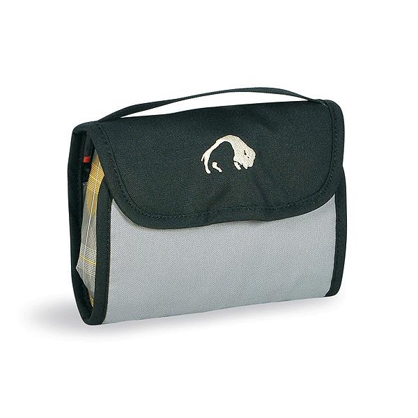 Сумка Tatonka Mini Travelkit blackКомпактная туристическая косметичка Tatonka Mini Travelkit, состоит из двух карманов, двух сетчатых отделений на молнии, ремешка, крючка для подвешивания и держателя резинок для волос. В сумке удобная ручка для переноски.<br><br>Вес кг: 0.10000000