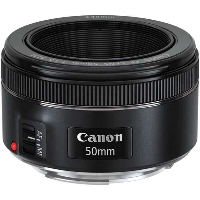 Объектив Canon EF 50mm 1.8 STMОбъектив EF 50mm f/1.8 STM создает размытие заднего плана, выделяя объект съемки. Это также позволяет разместить объекты в кадре без необходимости подходить слишком близко, чтобы было легче получить естественное выражение лица. При использовании с полнокадровой камерой EOS объектив EF 50mm f/1.8 STM работает как стандартный объектив, позволяя получить перспективу, близкую к восприятию человеческим глазом. Он идеально подойдет для повседневной съемки высокого качества.<br><br>Фокусировка STM работает быстро и практически бесшумно при съемке фотографий, позволяя мгновенно запечатлеть кадр в нужный момент. При съемке видео фокусировка более плавная и медленная, что позволяет создать профессиональный кинематографический эффект.<br><br>Объектив EF 50mm f/1.8 STM обладает высокой светосилой, что позволяет продолжать съемку даже в условиях слабого освещения. Запечатлейте настроение момента, используя естественное освещение, — результаты не оставят вас равнодушными.<br><br>Этот объектив с фиксированным фокусным расстоянием обеспечивает великолепное качество изображения, независимо от того, снимаете вы фотографии или видео. Для получения естественных снимков резкость и контрастность объектива увеличивается, а количество искажений снижается. Линзы, используемые в объективе EF 50mm f/1.8 STM, имеют уникальное покрытие Canon Super Spectra, которое предотвращает блики и паразитную засветку при съемке против света.<br><br>Небольшой объектив EF 50mm f/1.8 STM весит всего 160 г и имеет длину всего 40 мм — для него всегда найдется место в вашей сумке. Кольцо ручной фокусировки легко найти, не отводя камеру от глаз.<br><br>Вес кг: 0.30000000