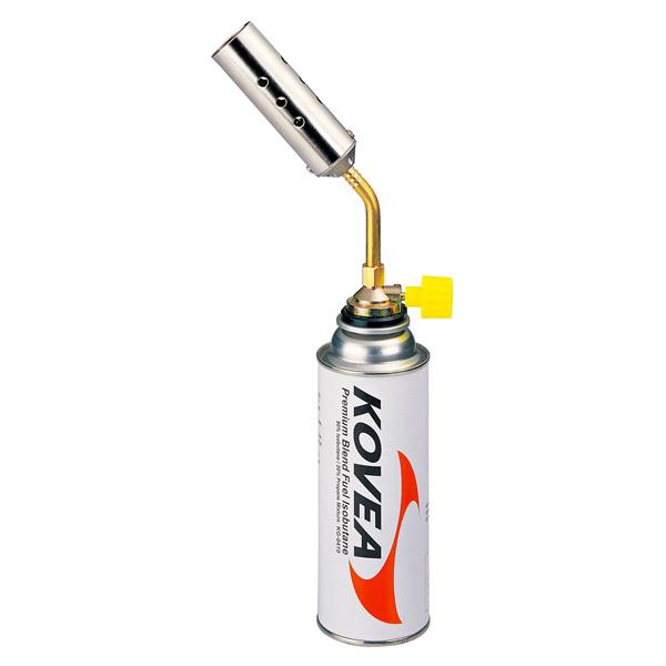 Резак газовый Kovea KT-2408Газовый резак KT-2408 Canon Torch - самый мощный в линейке универсальный резак широкого применения, выполненный в виде паяльной лампы. Предпочтительно использовать для технических задач, где применима его высокая огневая мощь. Температура пламени достигает 1300 °C. Газовый резак оборудован системой предварительного подогрева газа, что позволяет свободно вращать резак для комфортной работы, сохраняя при этом стабильный поток пламени. Газовый резак рассчитан для работы с высоким цанговым газовым баллоном Kovea KGF-0220.<br><br>Вес кг: 0.30000000