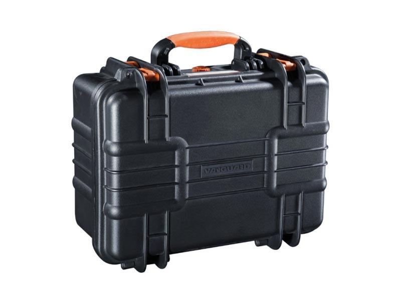 Кейс Vanguard Supreme 37FVANGUARD Supreme 37F –  компактный универсальный герметичный кейс, разработанный специально для  перевозки ценного фото- и видео оборудования. Корпус кейса изготовлен  из качественного прочного пластика, который выдерживает общую нагрузку  до 120 кг. Силиконовые уплотнители и клапан для автоматического  регулирования давления гарантируют сохранность фототехники при  погружении в воду на глубину до 5 метров. Кейс способен выдержать  температуру от -40 до +95 градусов. Прорезиненные ножки обеспечивают  надежное сцепление с поверхностью и предотвращают скольжение.<br>Внутри кейса установлена вставка из поролона, в  которой можно удобно расположить фото- и видео оборудование. Поролон  обладает высокими амортизирующими свойствами и гарантирует сохранность  фототехники при транспортировке.В целях безопасности кейс можно  запереть на замки, специально для этих целей в конструкции предусмотрены  проушины.<br>Водонепроницаемый, пылестойкий кейс VANGUARD Supreme  может стать незаменимым спутником в экстремальных путешествиях и  длительных поездках. Вес кейса: 3.9 кг.<br><br>    <br>        <br>            <br>                                                     <br>            <br>            <br>                                                                                                                   <br>            <br>        <br>    <br><br>                                                    <br>Характеристики VANGUARD Supreme 37F<br><br>    <br>        <br>            Тип<br>            Универсальный герметичный кейс<br>        <br>        <br>            Материал<br>            Пластик/поролон<br>        <br>        <br>            Внешние размеры (ШxГxВ)<br>            41.5 х 32.5 х 19.5 см <br>        <br>        <br>            Внутренние размеры (ШxГxВ)<br>            38.0 х 26.0 х 17.5 см<br>        <br>        <br>            Вес<br>            3.9 кг<br>