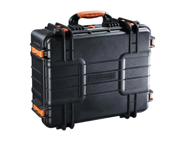 Кейс Vanguard Supreme 46FVANGUARD Supreme F –  серия компактных универсальных герметичных кейсов, разработанных  специально для перевозки ценного фото- и видео оборудования. Корпус  кейсов изготовлен из качественного прочного пластика, который  выдерживает общую нагрузку до 120 кг. Силиконовые уплотнители и клапан  для автоматического регулирования давления гарантируют сохранность  фототехники при погружении в воду на глубину до 5 метров. Кейсы способны  выдержать температуру от -40 до +95 градусов. Прорезиненные ножки  обеспечивают надежное сцепление с поверхностью и предотвращают  скольжение. Внутри кейсов установлена вставка из поролона, в которой  можно удобно расположить фото- и видео оборудование. Поролон обладает  высокими амортизирующими свойствами и гарантирует сохранность  фототехники при транспортировке. В целях безопасности кейсы можно  запереть на замки, специально для этих целей в конструкции предусмотрены  проушины.<br> вес: 6.8 кг <br><br><br>    <br>        <br>            <br>            <br>                                                                                                                   <br>            <br>        <br>    <br><br>                                                    <br>Характеристики VANGUARD Supreme 46F<br><br>    <br>        <br>            Тип<br>            Универсальный герметичный кейс<br>        <br>        <br>            Материал<br>            Пластик/поролон<br>        <br>        <br>            Внешние размеры (ШxГxВ)<br>            51.5 х 43.5 х 22см <br>        <br>        <br>            Внутренние размеры (ШxГxВ)<br>            48 х 37 х 20см <br>        <br>        <br>            Вес<br>            6.8 кг<br>