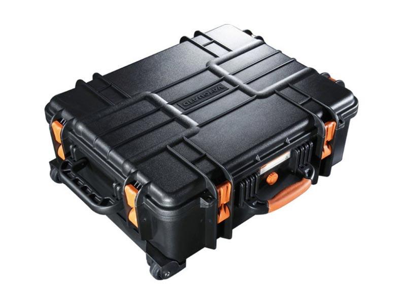 Кейс Vanguard Supreme 53FVANGUARD Supreme F –  серия компактных универсальных герметичных кейсов, разработанных  специально для перевозки ценного фото- и видео оборудования. Корпус  кейсов изготовлен из качественного прочного пластика, который  выдерживает общую нагрузку до 120 кг. Силиконовые уплотнители и клапан  для автоматического регулирования давления гарантируют сохранность  фототехники при погружении в воду на глубину до 5 метров. Кейсы способны  выдержать температуру от -40 до +95 градусов. Прорезиненные ножки  обеспечивают надежное сцепление с поверхностью и предотвращают  скольжение. Внутри кейсов установлена вставка из поролона, в которой  можно удобно расположить фото- и видео оборудование. Поролон обладает  высокими амортизирующими свойствами и гарантирует сохранность  фототехники при транспортировке. В целях безопасности кейсы можно  запереть на замки, специально для этих целей в конструкции предусмотрены  проушины. <br><br>Водонепроницаемые, пылестойкие кейсы серии VANGUARD  Supreme F могут стать незаменимым спутниками в экстремальных  путешествиях и длительных поездках. VANGUARD Supreme 53F дополнительно  оснащен колесиками и выдвижной ручкой, что обеспечивает комфорт при  транспортировке.<br>Характеристики модели <br>- внешние размеры: 63.0х52.0х24.0мм <br>- внутренние размеры: 56.0х45.0х20.0мм <br>- вес: 10.4 кг<br><br>                                    <br>Характеристики VANGUARD Supreme 53F<br><br>    <br>        <br>            Тип<br>            Универсальный герметичный кейс<br>        <br>        <br>            Материал<br>            Пластик/поролон<br>        <br>        <br>            Внешние размеры (ШxГxВ)<br>            63 х 52 х 24см<br>        <br>        <br>            Внутренние размеры (ШxГxВ)<br>            56 х 45 х 20см <br>        <br>        <br>            Вес<br>            10.4 кг<br>